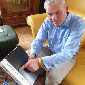 Holger Stahlknecht mit einem Album von Presseberichten über den Landtagswahlkampf 2002